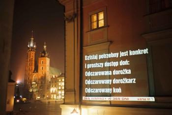 Pierwszy wiersz autorstwa Michała Zabłockiego wyświetlony przy ul. Brackiej w Krakowie dnia 24 X 2002 roku.